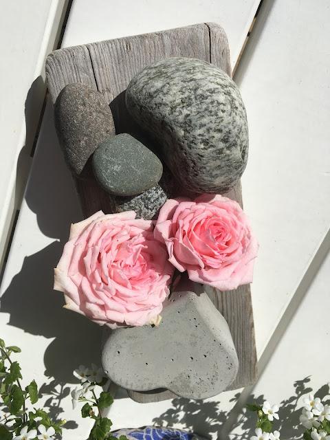 Roser og elvestein - på hytta