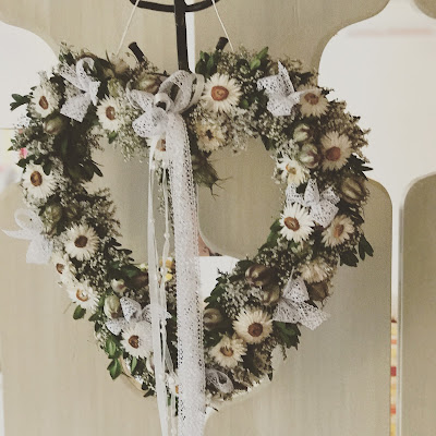 Hochzeitsgeschenk, Bunte Wiesenblumenhochzeit im Riessersee Hotel Garmisch-Partenkirchen, heiraten in Bayern, zwei Bräute, Regenbogen