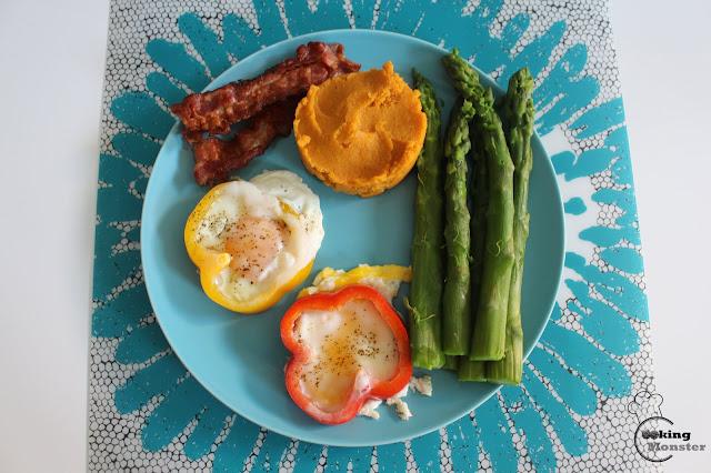 Jajka sadzone w papryce, purée z batatów i szparagi