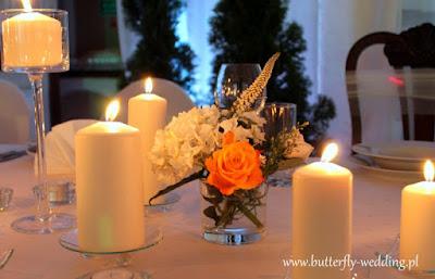 dekoracja stołu świecami i mini bukiecikami