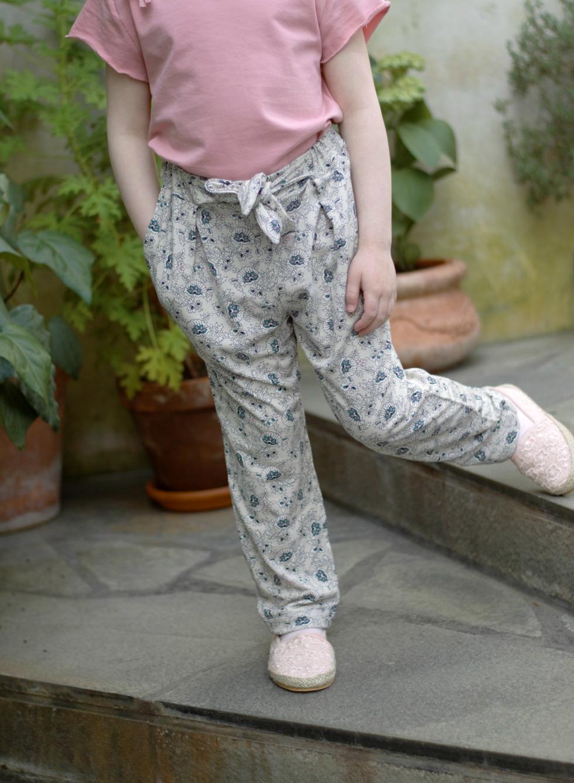Moni on innostunut ompelemaan vaatteita lapsilleen. Annika Levänen ompelee pojalleen, koska haluaa suosia kotimaisia tekijöitä.