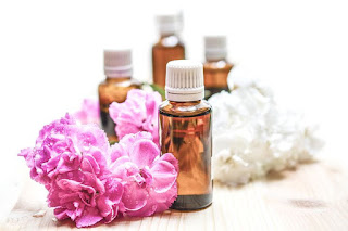 HOW TO USE ESSENTIAL OILS TO TREAT DIFFERENT SKIN ISSUES 1