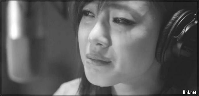 ảnh cô gái vừa nghe nhạc vừa khóc nức nở