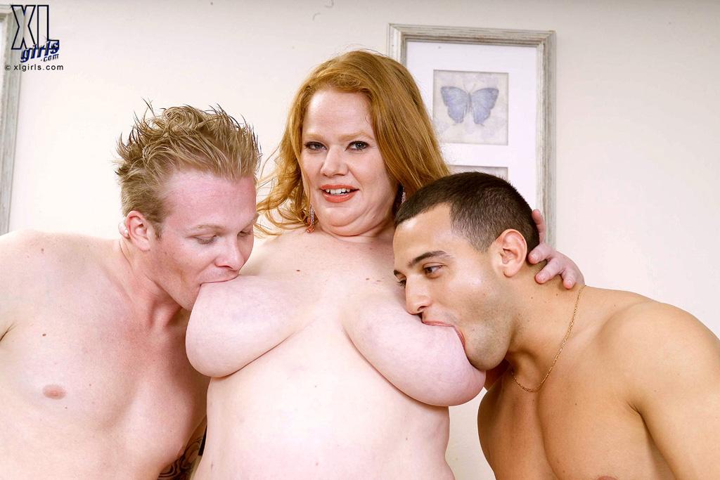 Двое сосут грудь