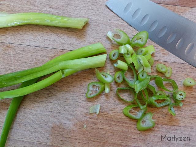 Hachez les tiges d'oignon vert.