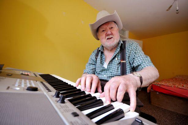 Cụ ông tự nhiên biết đánh đàn piano sau khi bị đột quỵ