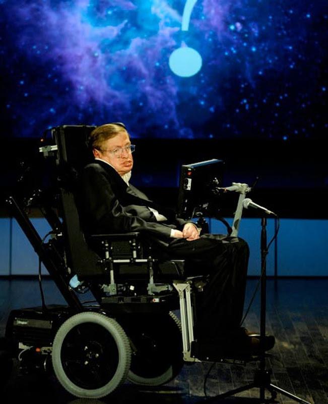 """Giáo sư Stephen Hawking đang thuyết trình về chủ đề """"Tại sao chúng ta nên đi vào không gian"""" cho loạt bài giảng của NASA vào ngày 21 tháng 4 năm 2008. Hình ảnh: NASA/Paul Alers."""