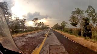 Estrada com buracos no caminho para Corumbá / MS.