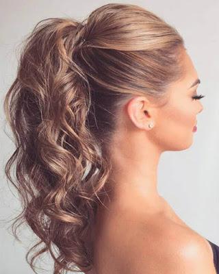 peinado de verano fácil con cabello ondulado cola de caballo