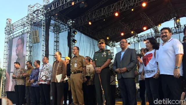 Berseragam Dinas, Anies Hadiri Perayaan Paskah GBI Glow di Monas