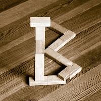 Takozlardan yapılmış B harfi