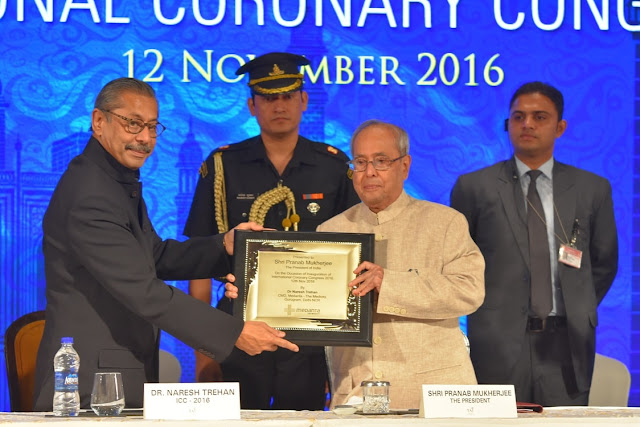 Dr.Naresh Trehan presenting memento to Honourable President of India Shri Pranab Mukherjee at International Coronary Congress 2016, Taj Palace