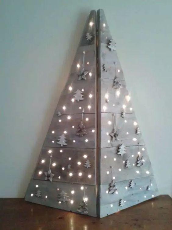 Árbol de Navidad hecho a mano en madera con luces