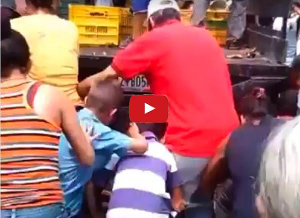 Pueblo peleándose por agarrar algunas frutas podridas en Acarigua
