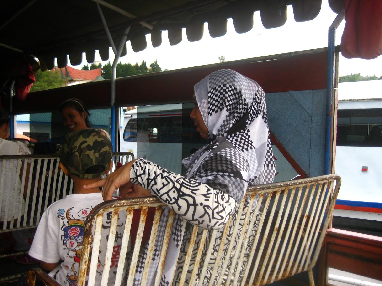 Diatas kapal di pelabuhan tigaraja tujuan Tuktuk di Pulau Samosir, Danau Toba