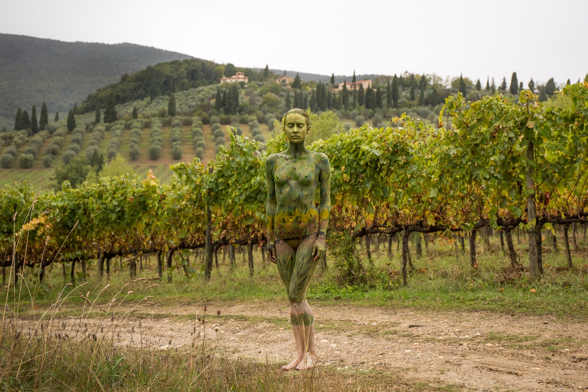 08-Vineyard-in-Tuscany-Trina-Merry-Body-Painting-on-location-in-Tuscany-Italy-www-designstack-co