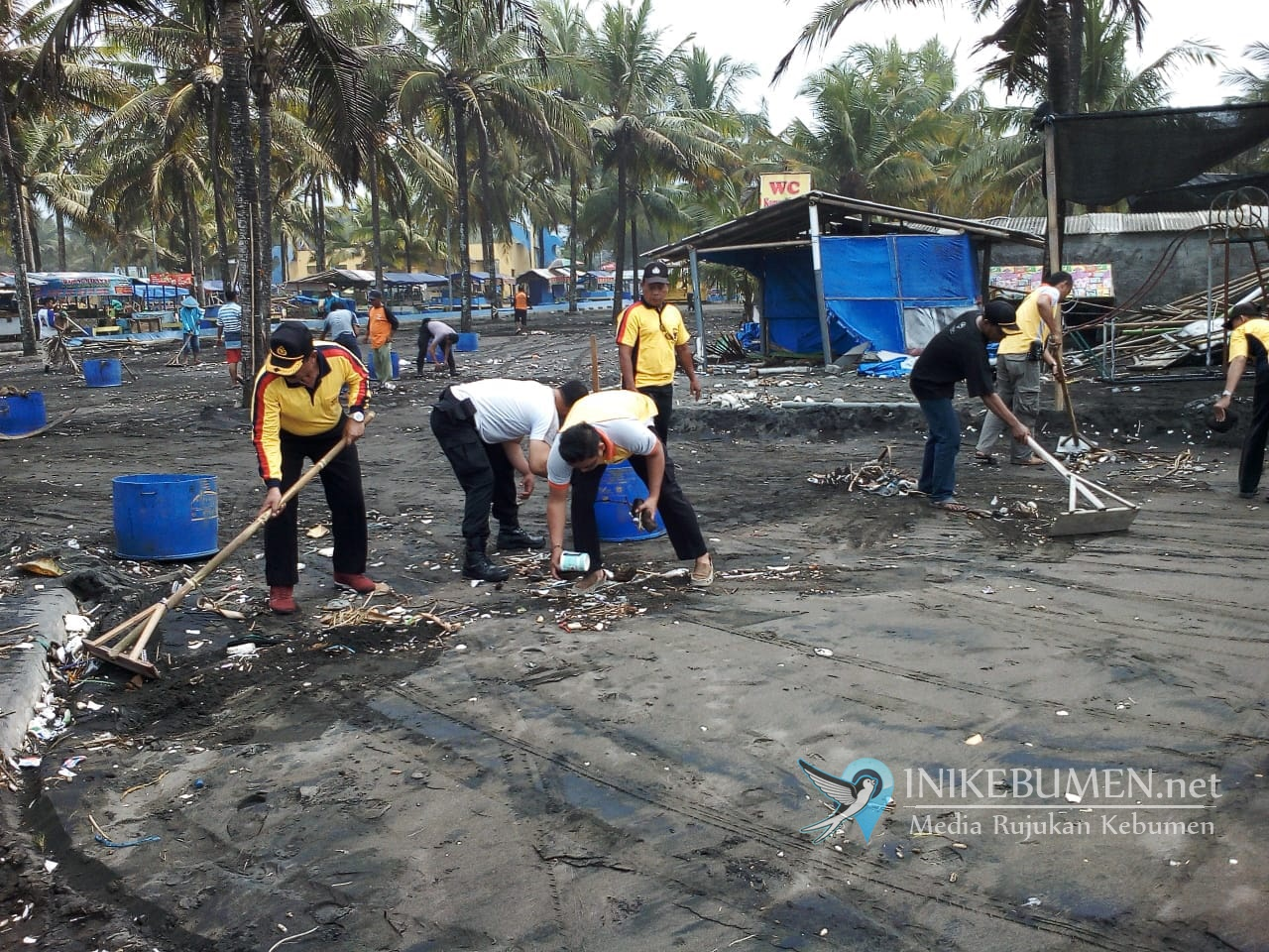 Pasca Gelombang Pasang, Polisi Punguti Sampah di Pantai Suwuk