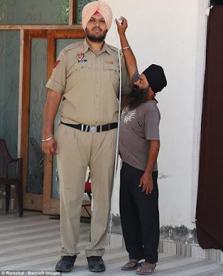 ajab-jankari-omg-facts-worlds-tallest-policeman
