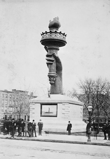 Pelik dan Aneh: Rare Photos of the Statue of Liberty Being