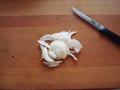 Sbucciare e affettare la cipolla