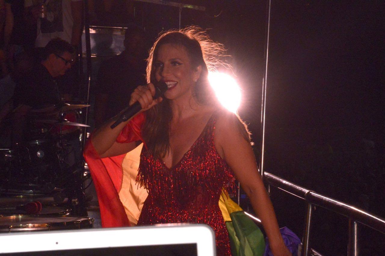'O público gay está comigo', diz Ivete Sangalo segurando a bandeira LGBT durante show