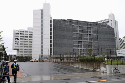 Police officers in front of Tokyo Detention Center.