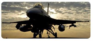 Самолет F-16 на старте