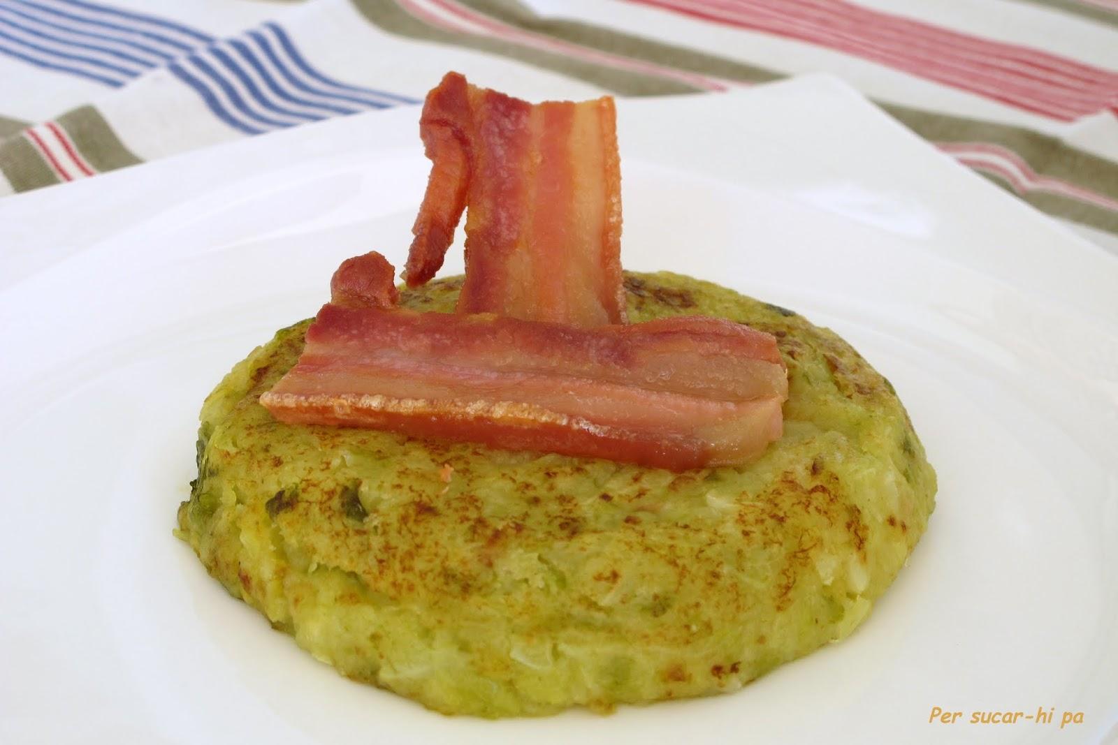 El trinxat típico guiso invernal a base de col y patata, tostado con bacon y butifarra negra.