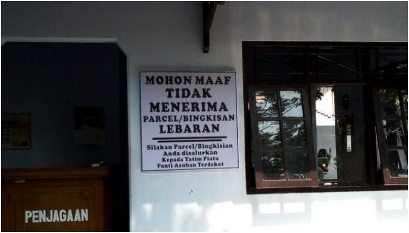Papan pengumuman tolak parcel lebaran di rumah dinas Bupati Batang