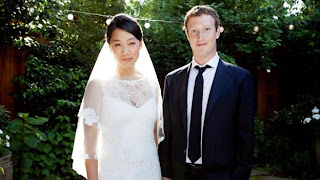 """(CNNMéxico) — El fundador y CEO de Facebook, Mark Zuckerberg, se casó este sábado con su novia Priscilla Chan, de acuerdo con una foto publicada en su cuenta de la red social. En 10 minutos, la foto del millonario que recientemente cumplió 28 años acumuló más de 60 mil """"Me gusta"""" y más de 90 comentarios sobre el acontecimiento. En la imagen que subió a Facebook se aprecia a Zuckerberg vestido con un traje de color azul y una corbata negra con una camisa blanca. Por su parte, la novia lució un vestido de color blanco con un velo. La"""