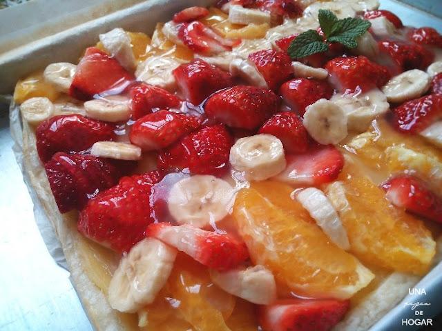 tarta de hojaldre con fresas, plátano y naranja