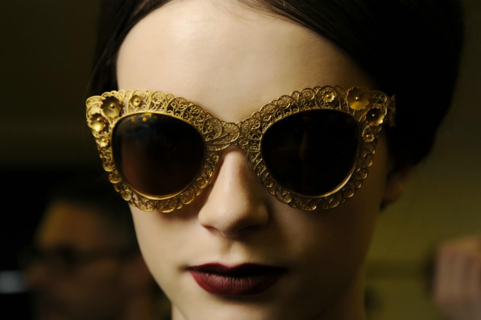 0be67094da Delicadas flores metálicas elaboradas a mano decoran el frontal y las  varillas de las gafas de sol combinadas con sorprendentes lentes espejadas  o clásicas ...