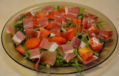 rukolna z pomidorami i szynką