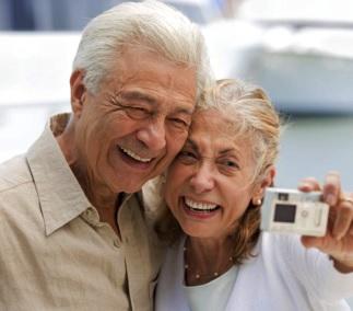Foto de bellos ancianos tomándose un selfie