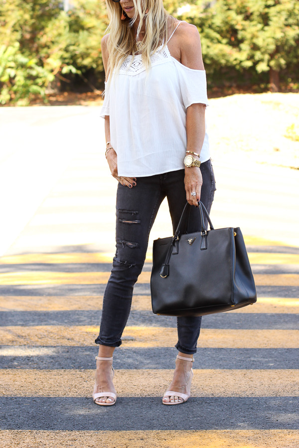 white flow top with skinny jeans