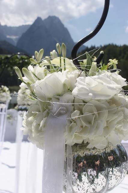 Freie Trauung auf der Bergwiese am Riessersee in Garmisch-Partenkirchen - Vier Hochzeiten und eine Traumreise - Vox - im Riessersee Hotel Garmisch-Partenkirchen mit viel Glitzer und weißen Calla - #4HochzeitenundeineTraumreise #Riessersee #Garmisch #HochzeitinGarmisch #Glitzer #Glimmer #Calla #HochzeitinBayern