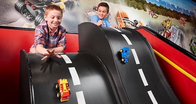 Meninos brincando na Legoland em Berlim