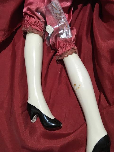 boneca com pezinhos quebrados