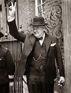 Winston Churchill mentre fa il segno della vittoria.
