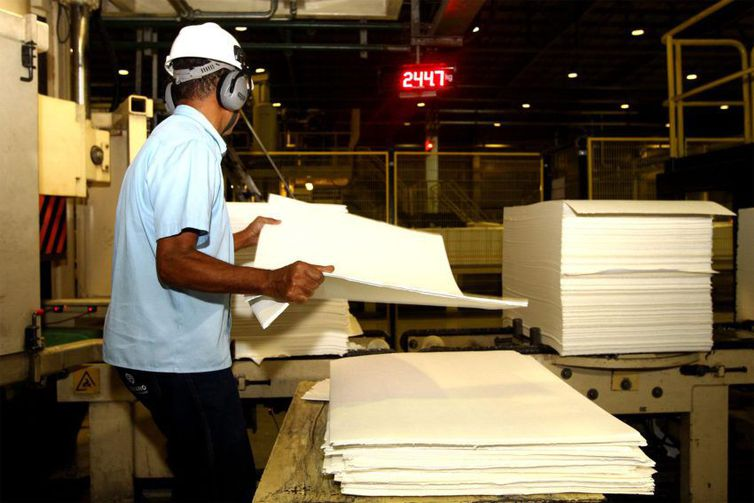 IBGE: Produção industrial cresce 0,7%
