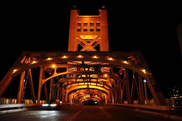 Noite na Torre Bridge em Sacramento