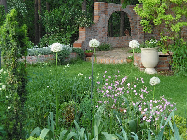 cegła rozbiórkowa w ogrodzie, mur z cegły