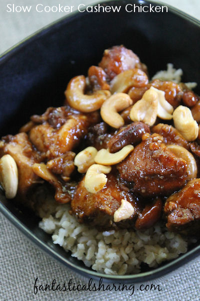 Slow Cooker Cashew Chicken // This delish Chinese-American recipe is slow cooked in a garlic sauce and crunchy cashews! #recipe #chicken #slowcooker #crockpot #maindish