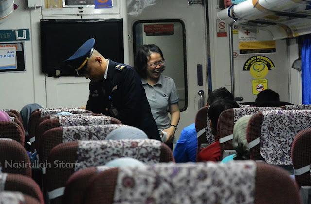 Mereka yang berlalu-lalang di dalam kereta api