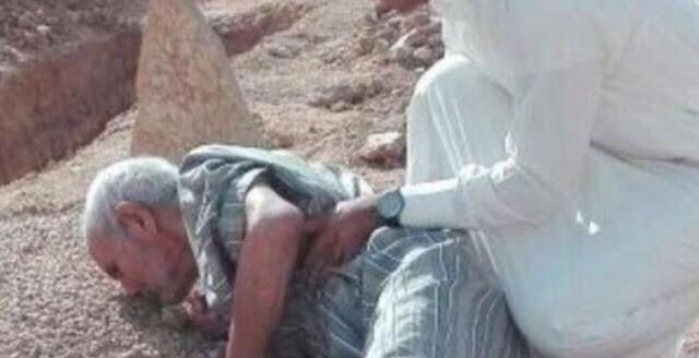 صورة هزت مشاعر السعوديين  رجل مسن يقبل أحد القبور  .. وابن العجوز يكشف التفاصيل شاهد من داخل هذ القبر !