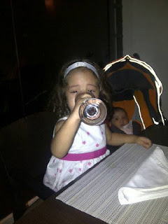 Sophia Hija tomando agua