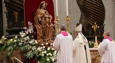 imagem do Papa Francisco rezando diante da imagem de Nossa Senhora