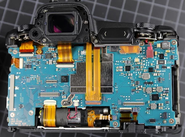 Smantellando la Canon EOS R