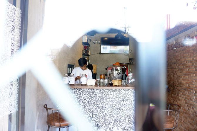 Menimbang biji kopi untuk diseduh
