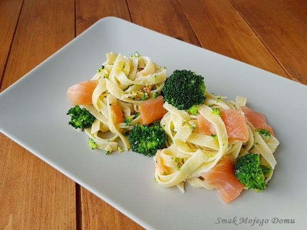 Makaron z łososiem wędzonym, brokułem i serkiem mascarpone